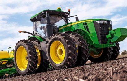Výrobce traktorů Deere zasažen vážnou krizí na Středozápadě USA