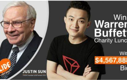 """Justin """"Whitewasher"""" Sun si koupil večeři s Warrenem Buffettem za 4,57 mil. dolarů"""
