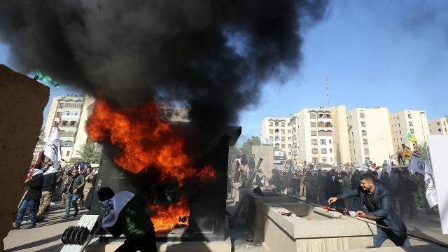 Rozzuření iráčtí občané a pozůstalí vzali útokem americkou ambasádu v Bagdádu