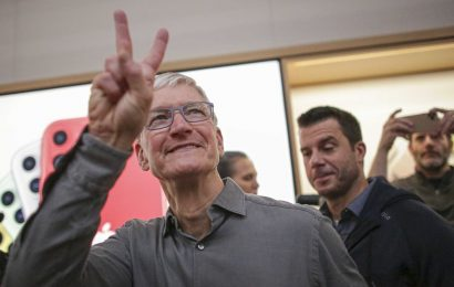 Apple becomes first $2 Trillion company