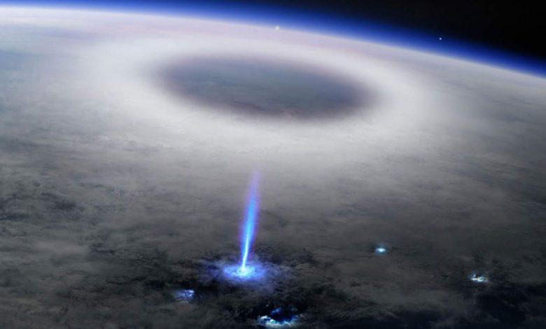Kosmonauti na ISS viděli nadoblačný blesk