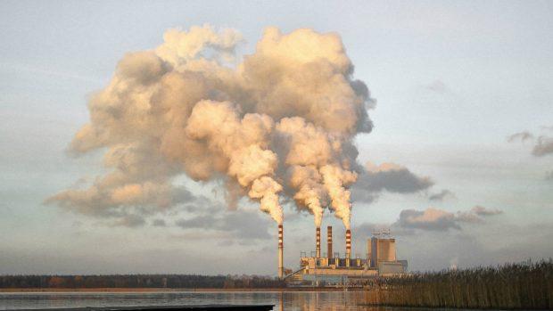 Cena emisních povolenek přesáhla 50 EUR