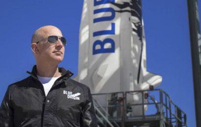 Jeff Bezos poletí do vesmíru dříve než Elon Musk